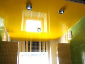 Натяжной потолок желтого и золотого цвета